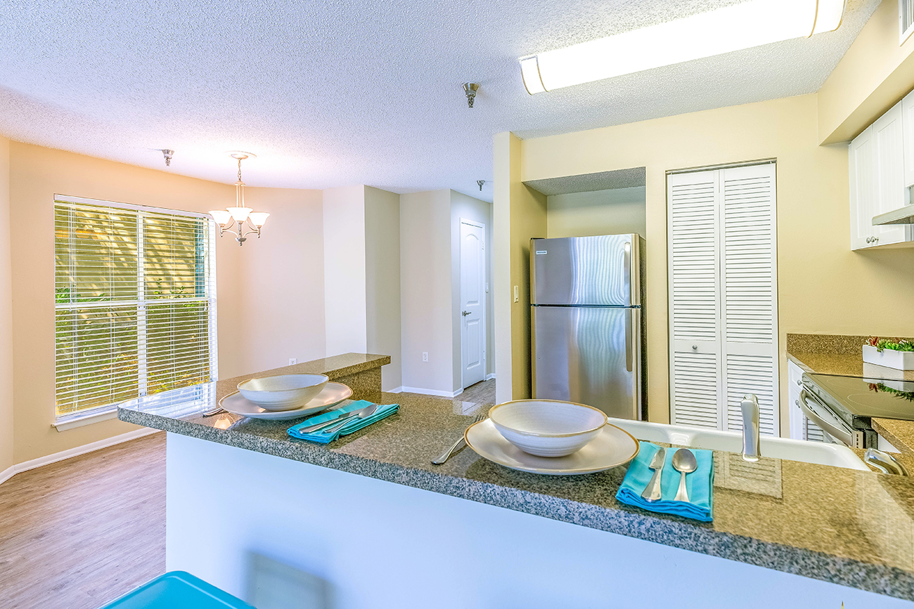 The Cypress (1 Bedroom): Dining area seats table for 4 - 6 comfortably!